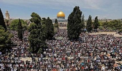 warga-palestina-shalat-jumat