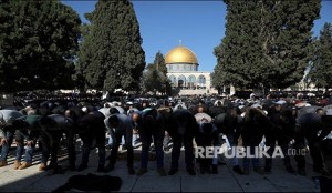 """Worshippers pray during Friday prayers on the compound known to Muslims as Noble Sanctuary and to Jews as Temple Mount in Jerusalem's Old City, as Palestinians call for a """"day of rage"""" in response to U.S. President Donald Trump's recognition of Jerusalem as Israel's capital December 8, 2017. REUTERS/Ammar Awad - RC153520C600"""